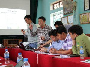 Hình 2: Các chuyên gia của Trung tâm chia sẻ thông tin với học viên trong khóa đào tạo